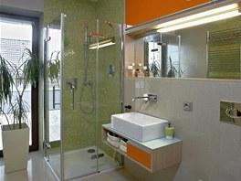 Koupelna se sprchovým koutem: veselá kombinace oranžové a zelené je vhodná pro začátek dne.