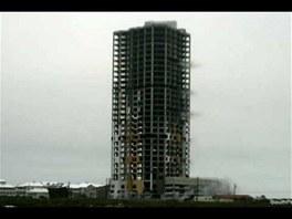 Texaský hotel Ocean Tower těsně před stržením.