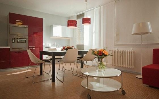 Spojením kuchyně a obýváku vznikl jeden velký obytný prostor.