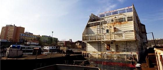 """Samotný opuštěný plovoucí """"panelák"""" je raritou, zatím však pouze zapadlého libeňského přístavu."""