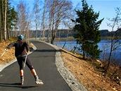 Jezerní Inline stezka vede krásnou p�írodou.