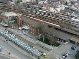 Současný pohled na olomoucké hlavní nádraží a prostor před ním z budovy regionálního centra.