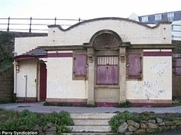Budova bývalých veřejných záchodků ve Scarboroughu před přestavbou