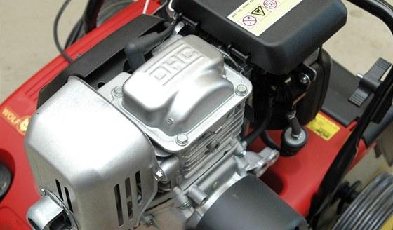 Pro pohon se používají motory konstrukčně podobné sekačkovým, pouze s horizontálně uloženou hřídelí.