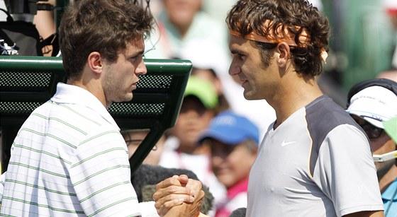 Gilles Simon (vlevo) oznamuje Rogeru Federerovi, �e �tvrtfin�le turnaje v Miami kv�li zran�n� skre�uje.