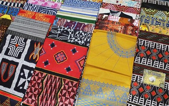 Africké látky, ze kterých se bude šít módní kolekce pro léto 2011.