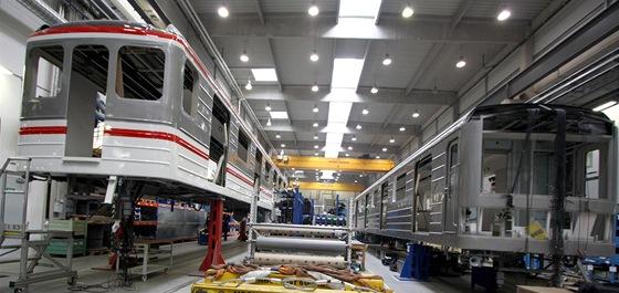 Různé fáze pokračujících prací na modernizaci poslední vlakové soupravy.