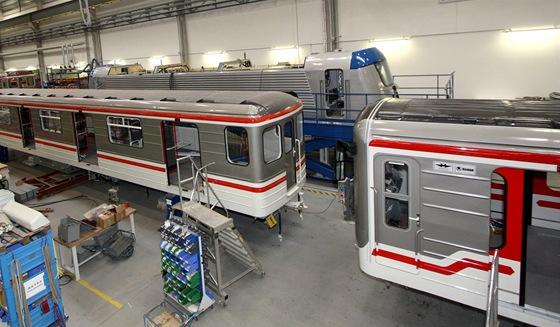 Vagóny modernizovaného metra se v továrně potkaly s novými lokomotivami.