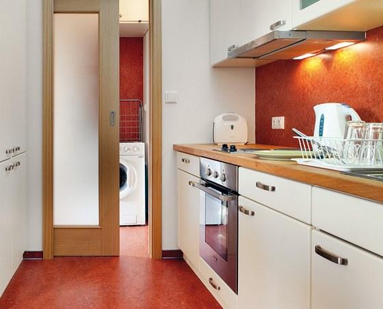 Přestože je byt členěn na jednotlivé partie a místnosti, působí dojmem jednoho prostoru.