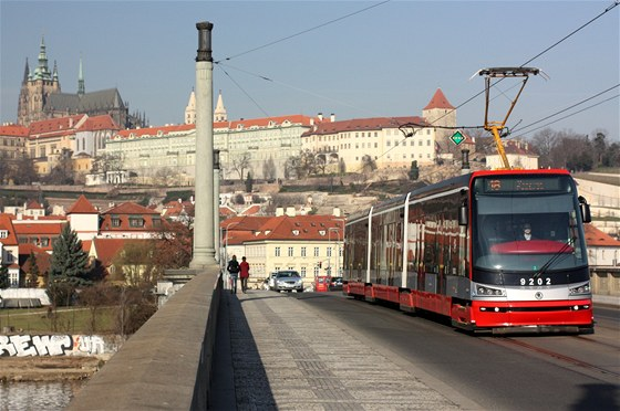 Tramvaj 15T na lince ��slo 18 na M�nesov� most�