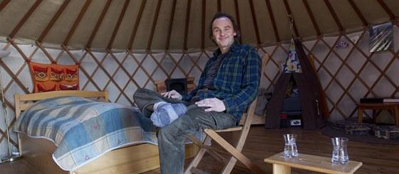 Psycholog a herec Petr Knotek je v jurtě šťastný. Má v ní vše, co potřebuje a splývá víc s přírodou.