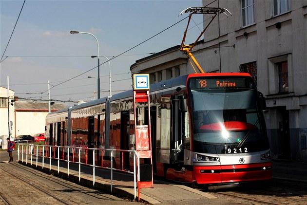 Tramvaj 15T ForCity linky �íslo 18 p�ed vozovnou Pankrác