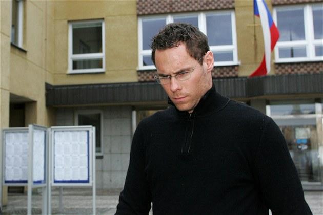 Radek Duda prchá p�ed noviná�i z karlovarského magistrátu.