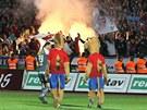 PEKELNÁ ATMOSFÉRA. Fanoušci Plzně zapálil během utkání s Jabloncem v hledišti několik světlic.