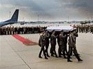 Přílet letadla s ostatky polského prezidenta Lecha Kaczynského do Varšavy.