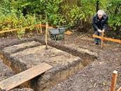 Základy musíte vykopat i pro nástavbu pařeniště.