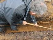 Základový beton se musí podsypat a zhutnit.