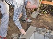 Duté tvárnice vyplňte betonem.