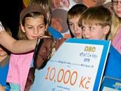Ewa Farna předává šek na školní pomůcky školákům z Břeclavi.