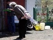 Když si pracovníci z Macíku přijeli pro týranou kobylku, její majitel na ně vystrčil zadnici. .