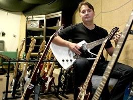 Martin Švehla vyrobil kytaru pro Tomáše Krulicha z Kabátů