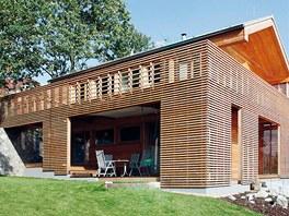 Předsazená dřevěná stínicí fasáda v létě brání přehřívání domu (Domesi).