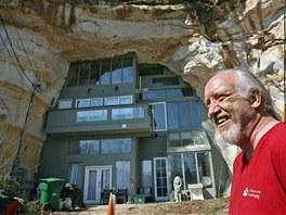 Curt Sleeper před svým rodinným sídlem. Pracoval na něm čtyři roky.