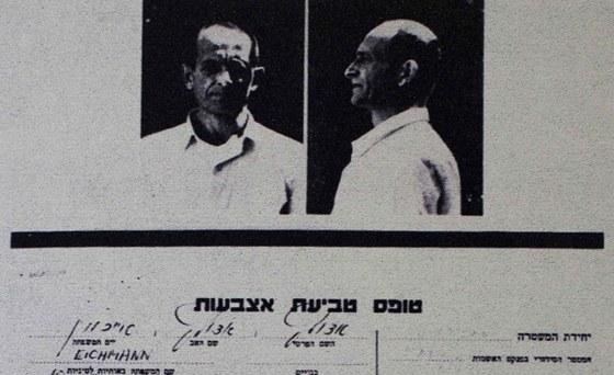 Eichmannova fotka z jeho izraelského vyšetřovavacího spisu na výstavě v Berlíně