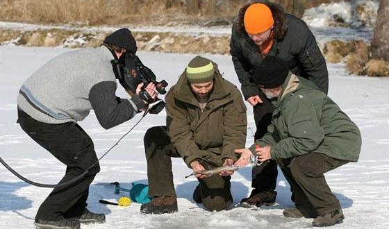 Tým při natáčení seriálu Jak na ryby s Rudou Hrušínským