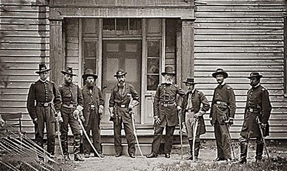 Vojáci ze 4. dělostřeleckého pluku generála Edwina V. Sumnera (čtvrtý zprava)