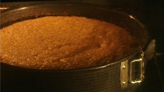 Mrkvový dort v troubě krásně vyběhne.