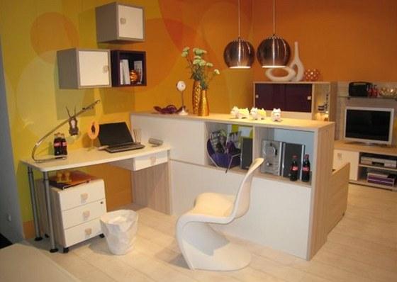 """Plastová židle """"pantonka"""" je sice designová ikona, ale jako pracovní židle vhodná není."""