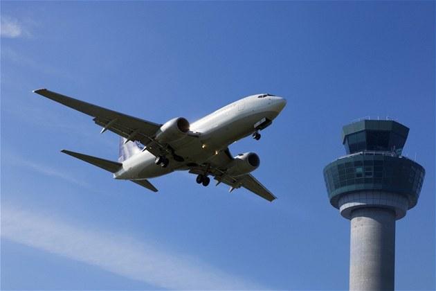 Letadlo prolétává kolem �ídící v�e