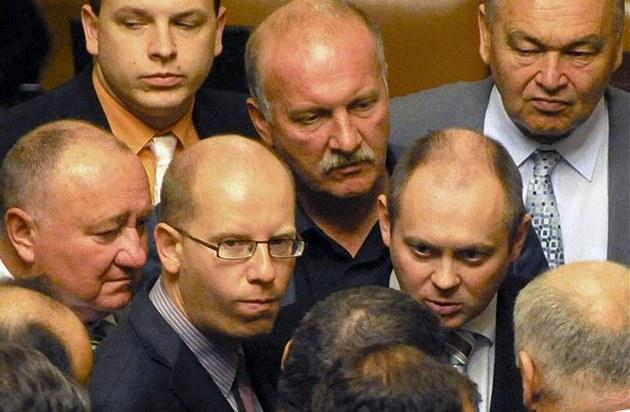 �éf �SSD Bohuslav Sobotka ve Sn�movn� v hlou�ku spolustraník�. (2.11. 2010)