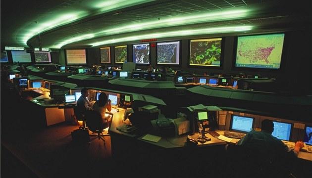 Lete�tí dispe�e�i z Ú�adu pro dozor nad civilním letectvím monitorují na velitelství ve Virginii ve�kerá letadla nad Spojenými státy
