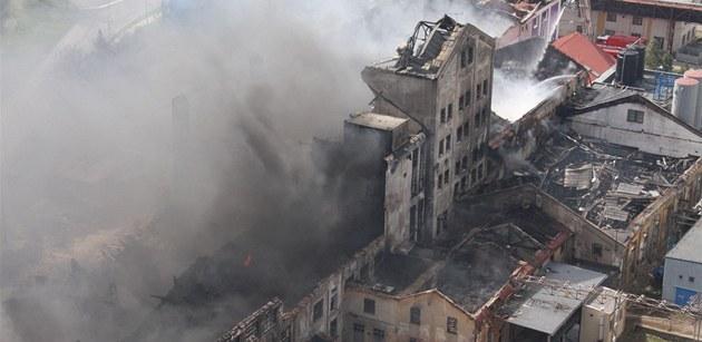 Trosky vyho�elé továrny v Chropyni (9. dubna 2011)