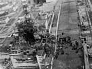 Poničená jaderná elektrárna v Černobylu na snímku z května 1986