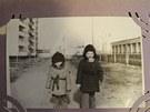 D�ti Petra Nikolaj�uka Marina a Semjon v Pripjati kousek od sv�ho bytu. Na pravo je �kola, v pozad� baz�n.