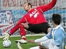 ŠTĚSTÍ. Teplický brankář Martin Slavík na míč nedosáhl, přálo mu ale štěstí. Střela boleslavského Kúdely totiž skončila na tyči.