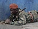Voj�k v�rn� Alassanemu Ouattarovi v Abid�anu (11. dubna 2011)
