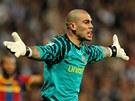 ROZZUŘENÝ GÓLMAN. Victor Valdés z Barcelony se zlobí na rozhodčího, že písknul penaltu.