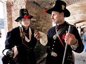 Jacob a Matt Borrorovi při přípravě na oslavy 150 let od začátku občanské války v americkém Charlestonu. (12. dubna 2011)