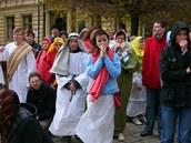 Herci zkouší na nedělní Pašijové hry.