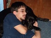 Vozíčkář a epileptik Ladislav Maksoud se svou černou labradorkou Iris