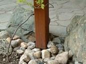 Dřevěné stojiny pergoly jsou ukotvené k ocelovým patkám zapuštěným do země.