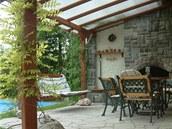 Posezení u krbu koncipovali majitelé tak, aby volně navázalo na obytnou zahradu ve dvoře.