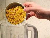 Kukuřici bez nálevu vsypte do mixéru.