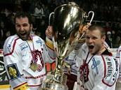 Třinecké oslavy titulu: kapitán Radek Bonk (vlevo) a Václav Varaďa s pohárem pro vítěze extraligy.