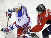 Brandona Dubinskho z NY Rangers atakuje Nicklas Bckstrm  z Washingtonu,