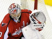 Michal Neuvirth z Washingtonu vyr stelu Seana Averyho z NY Rangers.